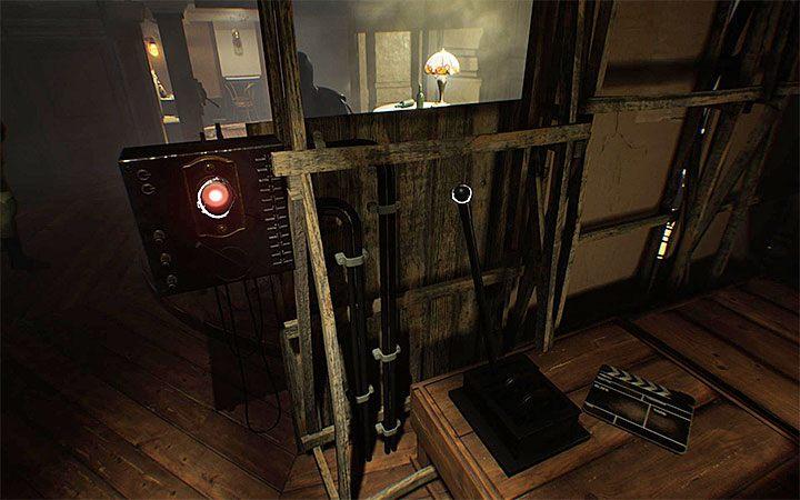Przejdź na drugi koniec pomieszczenia gdzie znajdziesz przycisk oraz dwie dźwignie - Zagadka z wiszącym krzesłem | Rozwiązanie zagadki w Layers of Fear 2 - Layers of Fear 2 - poradnik do gry