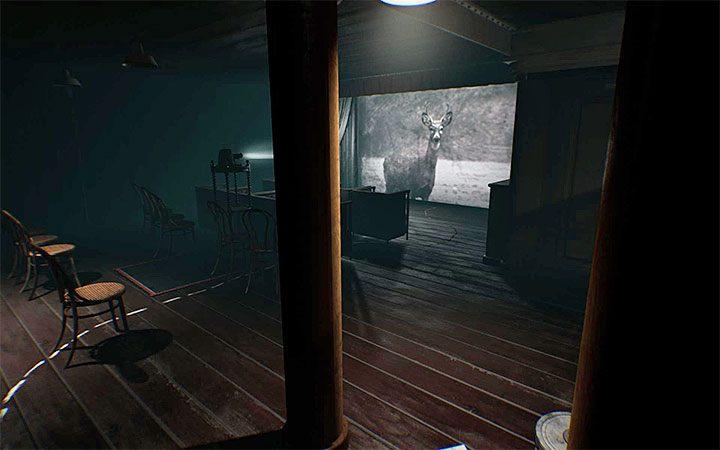 Do pomieszczenia z projektorem dotrzesz niedługo po rozwiązaniu zagadki otwarcia sejfu - Zagadka z projektorem | Rozwiązanie zagadki w Layers of Fear 2 - Layers of Fear 2 - poradnik do gry