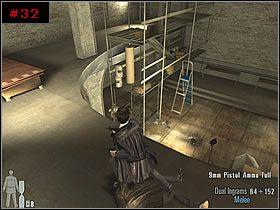 Znalazłem się w pomieszczeniu [#32] z kilkoma kolumnami, zamkniętymi drzwiami z lewej oraz balkonem na górze - [PART I] Chapter II - Max Payne 2: The Fall Of Max Payne - poradnik do gry