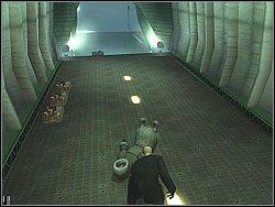 Przeci�gnij cia�o od razu na ty� samolotu, mi�dzy skrzynie - The Bjarkhov Bomb - Opis (1) - Misja 3 - Hitman: Kontrakty - poradnik do gry