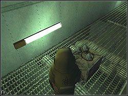 Tam omi� z prawej pracuj�cych ludzi, wchodz�c do pomieszczenia z trzema bombami le��cymi na skrzyniach - The Bjarkhov Bomb - Opis (2) - Misja 3 - Hitman: Kontrakty - poradnik do gry
