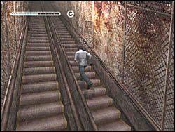 Po drodze b�dziesz atakowany przez watahy duch�w, wystawiaj�cych po ciebie r�ce - Podziemne przej�cie (7) - Etap 2 - Silent Hill 4: The Room - poradnik do gry