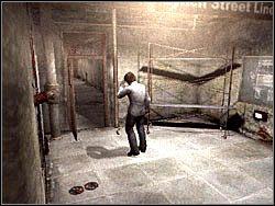 B�d�c na g�rze, skorzystaj z korytarza po lewej stronie i we� z jego ko�ca amunicj� do pistoletu (Pistol Ammo) - Podziemne przej�cie (7) - Etap 2 - Silent Hill 4: The Room - poradnik do gry