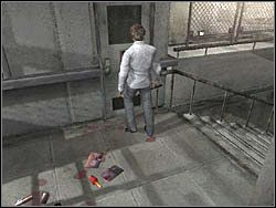 Teraz zdejmij p�yt� z pobliskich drzwi (po prostu wci�nij LPM przy drzwiach), po czym wejd� do �rodka - Podziemne przej�cie (8) - Etap 2 - Silent Hill 4: The Room - poradnik do gry