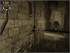 W wyrwie w murze dostajemy się wyżej [149] i ponownie zmuszeni jesteśmy uciekać przed bossem po ścianie [150] - Południowe przejście - teraźniejszość (3) - Mroczna dłoń losu - Prince of Persia: Dusza Wojownika - poradnik do gry