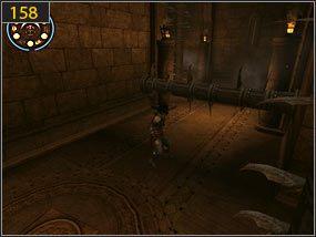 Biegnąc po ścianie wciskamy zapadnie, zsuwamy się na dół i przebiegamy przez bramę - Wejście do fortecy - przeszłość - Mroczna dłoń losu - Prince of Persia: Dusza Wojownika - poradnik do gry
