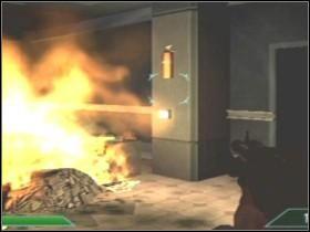 Wyjdź na zewnątrz do holu [02] i razem z odziałem zejdź po schodach, pomóż innej drużynie odeprzeć atak (możesz też schować się za innymi i poczekać, aż odwalą brudną robotę) - Etap 4 (Parter) - Solucja - Area 51 - poradnik do gry