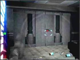 Przejdź teraz do następnego pomieszczenia (wisieć w nim będą poprzerywane przewody z prądem), jeden z członków oddziału zwróci uwagę na dziwną substancję LS , po czym otworzy kolejne drzwi - Etap 4 (Parter) - Solucja - Area 51 - poradnik do gry