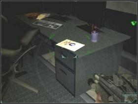 Zanim jednak wykonasz rozkaz, zagłęb się w pomieszczenie [11] i zeskanuj miejsce z dziwnym, niebieskim płynem LS - Etap 4 (Piętro) - Solucja - Area 51 - poradnik do gry