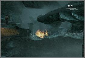 Będąc tam jeszcze podpal włócznię i odblokuj Hayesowi drogę rzucając nim w krzaki koło miejsca, z którego się tu dostałeś (na lewo od wodospadu) - [Solucja] Hayes cz.3 - Peter Jacksons King Kong - poradnik do gry
