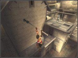 Po omini�ciu kloca wybij si� mocno w praw� stron� i poszybuj na dr��ek, wystaj�cy ze stoj�cego obok budynku - [12] The Fortress (twierdza) - Prince of Persia: Dwa Trony - poradnik do gry