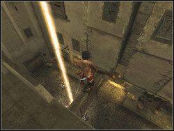 Po walce skręć w prawo za załom budynku i podejdź na lewo do przerwy w barierce - [13] The Lower City (dolne miasto) - Prince of Persia: Dwa Trony - poradnik do gry