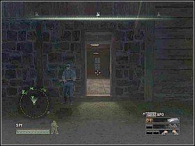Udaj się do głównego budynku na peronie i szybko przebiegnij przez dużą halę, tak aby nie zdążył cię wypatrzyć gestapowiec - Misja 5 - Resistance - Solucja - Commandos: Strike Force - poradnik do gry