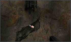 Teraz skieruj się na spiralne schody prowadzące do wieży i wejdź do góry. Zauważ duże pęknięcie w ścianie, a nad nim starą i zardzewiałą lampę. - SOBOTA 12 PAŹDZIERNIKA cz.4 - Scratches - poradnik do gry