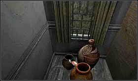Czas jej poszukać. Przejdź do małego holu, tego obok kuchni i zauważ, że w rogu stoją wazy. Przy okazji nie zaszkodzi wpuścić tu trochę świtała i odsłonić zasłony. W jednej z waz znajdziesz klucz. Wejdź do kuchni, podejdź do piwnicznych drzwi, użyj klucza i wejdź do środka. - SOBOTA 12 PAŹDZIERNIKA cz.4 - Scratches - poradnik do gry