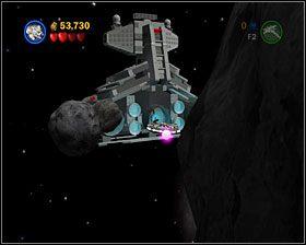 W tej ostatniej już sekcji zobaczysz przed sobą duży głaz obłożony fioletowymi stacjami - musisz zniszczyć je wszystkie za pomocą wydobywanych z niebieskich kamieni torped - Episode V - Falcon Flight - Story Mode - LEGO Star Wars II: The Original Trilogy - poradnik do gry