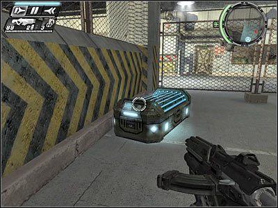 Po lewej stronie jeden z przeciwników okupuje stanowisko maszynowe, stojąc wewnątrz pojazdu opancerzonego (screen) - Etap 5 - Ground Floor cz.2 - TimeShift - poradnik do gry