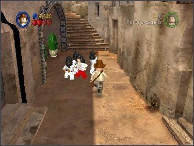 Od razu zostaniesz zaatakowany przez przeciwnik�w z mieczami - Chapter 3 - City of Danger (cz.2) - Poszukiwacze Zaginionej Arki - LEGO Indiana Jones: The Original Adventures - poradnik do gry