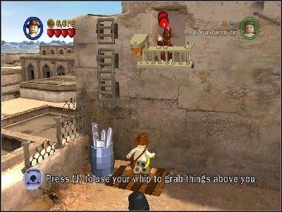 Użyj bicza pod małpą, co zniszczy barierkę wokół zwierzaka - Chapter 3 - City of Danger (cz.2) - Poszukiwacze Zaginionej Arki - LEGO Indiana Jones: The Original Adventures - poradnik do gry