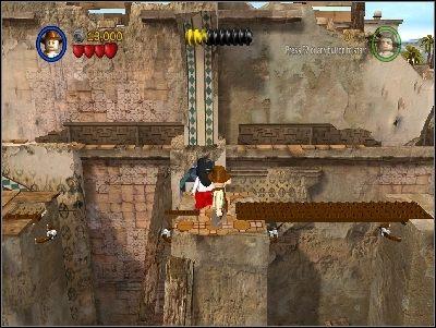 Idź w prawo, lecz uważaj, żeby nie pozostawać zbyt długo na wąskich kładkach, gdyż te bardzo szybko się zapadają - Chapter 3 - City of Danger (cz.2) - Poszukiwacze Zaginionej Arki - LEGO Indiana Jones: The Original Adventures - poradnik do gry