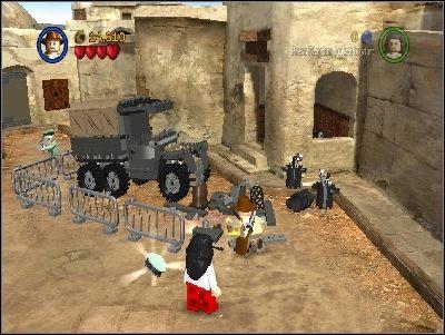 Po drugiej stronie pokonaj przeciwników i ułóż klocki przy ciężarówce - Chapter 3 - City of Danger (cz.3) - Poszukiwacze Zaginionej Arki - LEGO Indiana Jones: The Original Adventures - poradnik do gry