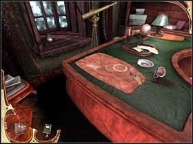 Przechodzi w stronę stojącego pod oknem biurka i odmyka widoczną na jego blacie klapę - [Opis przejścia] Część druga (2) - Sherlock Holmes: Tajemnica Mumii - poradnik do gry