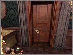 Teraz detektyw maszeruje pod ukryte wcześnie za kotarą drzwi i wsuwa pod nie kartkę papieru (fałszywy spis) - [Opis przejścia] Część druga (3) - Sherlock Holmes: Tajemnica Mumii - poradnik do gry
