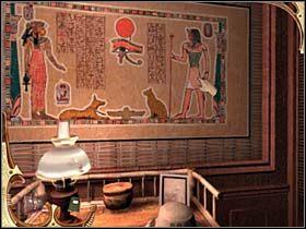 Przeczytawszy owe zapiski, detektyw wędruje pod ścianę, przy której stoi stolik z lampą i kapeluszem lorda-podróżnika, na samej ścianie zaś wisi egipskie malowidło, przedstawiające dwie postacie ludzkie oraz psa kota, ptaka i wielkie oko pośrodku - [Opis przejścia] Część druga (4) - Sherlock Holmes: Tajemnica Mumii - poradnik do gry