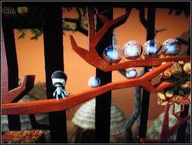 Po zebraniu bonusów wracamy i idziemy w prawo, aż dotrzemy do małp skaczących nad płomieniami - 1. Swinging Safari - The Savannah - LittleBigPlanet - poradnik do gry