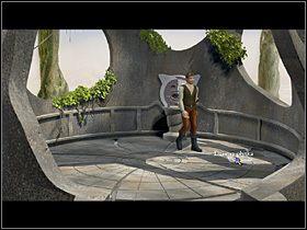 W otwór po lewej wstawia otrzymaną od Pripogali statuetkę i próbuje ją przekręcić - Zdobyć żywą wodę - Wioska - Zaginiona historia: Tale of Hero - poradnik do gry
