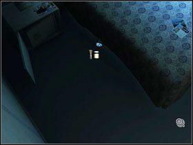 Kilka krok�w wcze�niej znajdujemy na dywanie wyra�ny odcisk buta - Rozdzia� II - McPherson - Opis Przej�cia - Still Life 2 - poradnik do gry