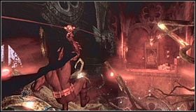Po powrocie do pierwszego pomieszczenia posiadłości skorzystaj z haka, wybierając pokazany na pierwszym screenie górny balkonik - Arkham Mansion #2 - Opis przejścia - Batman: Arkham Asylum - poradnik do gry