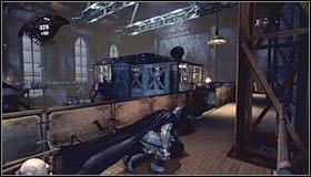 Przesuń kratkę szybu oddzielającą Cię od strefy Intensive Treatment Lobby i zaczekaj aż znajdujący się pod Tobą wartownik ruszy w przeciwną stronę - Intensive Treatment #2 (cz.1) - Opis przejścia - Batman: Arkham Asylum - poradnik do gry