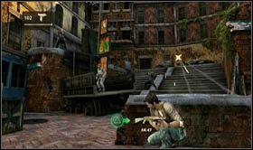 Nast�pnie pod��aj�c za dru�yn�, skieruj si� schodami na g�r�, pomi�dzy budynki - Rozdzia� 7 Id� z nami - Opis przej�cia - Uncharted 2: Among Thieves - poradnik do gry