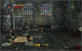 Następnie wróć do pomieszczenia z lewej, zwiąż biczem jednego z pacjentów i przeciągnij go na jeden z czerwonych przycisków w ziemi [1] - Mania muzyczna (bonus) - Kryształowa Czaszka Akt II - LEGO Indiana Jones 2: The Adventure Continues - poradnik do gry