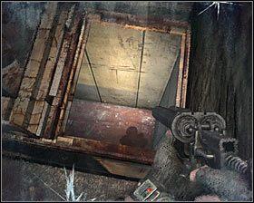 Nie wychodź z budynku przez główną dziurę w ścianie - zamiast tego zbadaj ostatni korytarz, a na jego przeciwległym końcu #1 powinieneś odnaleźć dziurę w podłodze #2 , dzięki której wskoczysz do szybu windy - Dead City 1* (1) - Opis przejścia - Rozdział 2 - Metro 2033 - poradnik do gry