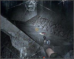 Po wyeliminowaniu wszystkich potworów nadal pozostań wewnątrz budynku i tym razem zbadaj pomieszczenie znajdującego się na lewo od korytarza, z którego przyszedłeś #1 - Dead City 1* (2) - Opis przejścia - Rozdział 2 - Metro 2033 - poradnik do gry